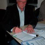 Voorzitter ZRZ ondertekent de fusiestukken