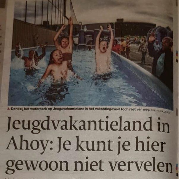 Krantenkop AD, Jeugdvakantieland in Ahoy, je kunt je hier gewoon niet vervelen. Met foto van kinderen die blij uit het water springen.